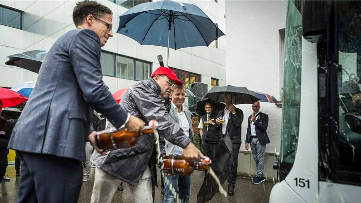 Adi Hirzel, Präsident des Badenfahrt- komitees, Felix Meier, Geschäftsführer der Badener Müllerbräu, und Andi Schaerer, Chef Kommunikation und Marketing Badenfahrt (v. l.), taufen den offiziellen, 18 Meter langen Festbus.