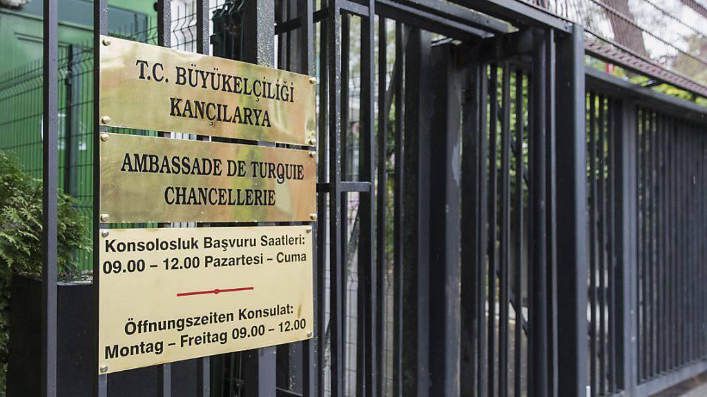 Der türkische Aussenminister Mevlüt Cavusoglu sollte am Sonntag in die Schweiz reisen - sein Auftritt wurde jedoch auf unbestimmte Zeit verschoben. Im Bild die türkische Botschaft in Bern. (Archiv)