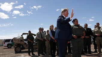 """""""Dreht um, wir haben keinen Platz mehr"""": US-Präsident Donald Trump appelliert bei einem Grenzbesuch in Kalifornien an Migranten auf dem Weg in die USA."""