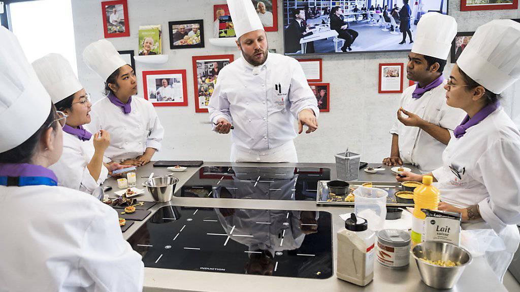Lernen und kundiger Anleitung. Spitzenköche bringen Studenten das Handwerk bei. Das Kochlabor ist topmodern eingerichtet.