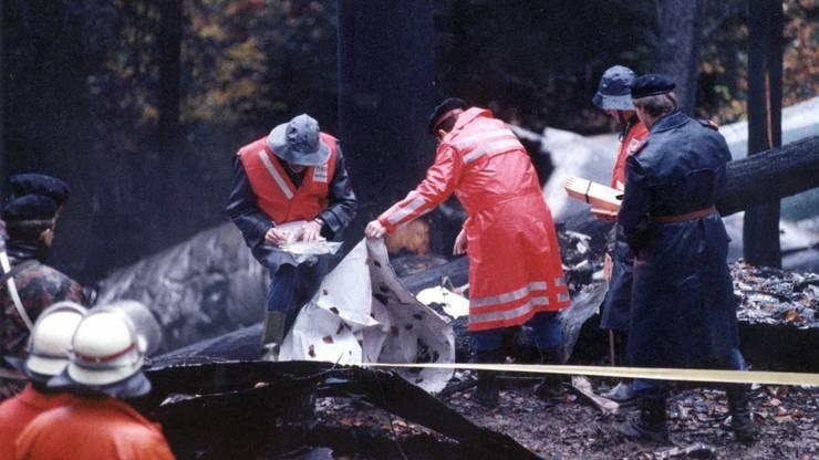 Unglück am Stadlerberg - Polizisten und Feuerwehrleute an der Absturzstelle beim Flugzeugwrack