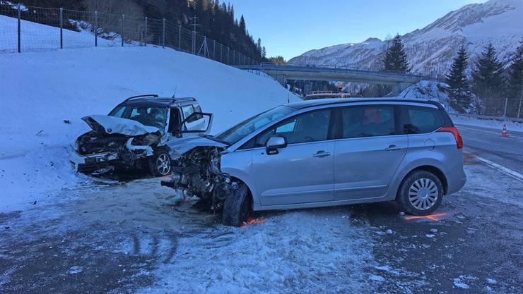 Eine 20-jährige Lenkerin und ein 61-jähriger Lenker verletzten sich beim frontalen Zusammenstoss auf der A13.