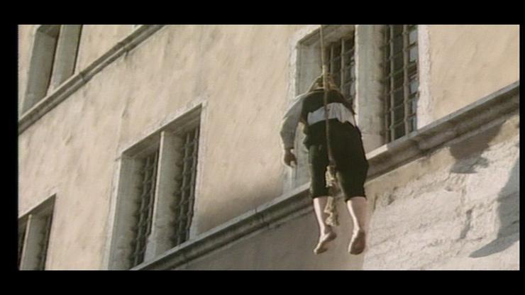 Im Film ist dann zu sehen, dass ihre Blicke diesem erhängten Mann gelten.