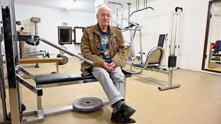Kurt Schenk im Fitnessraum der Gewichtsheber, wo er Kippen, Asche, leere Dosen und eine Unordnung vorfand.