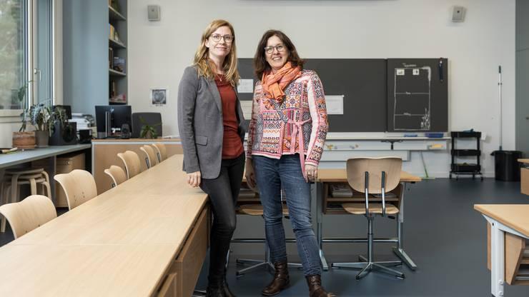 Schulleiterin Andrea Stadelmann und Schulpräsidentin Daniela Kugler (von links) präsentieren eines der neuen Schulzimmer.
