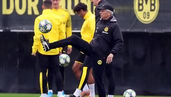 Dortmunds Trainer Lucien Favre am Jonglieren