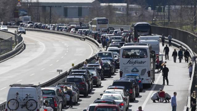 Der Osterverkehr staut sich am Freitag auf der A2 Richtung Süden