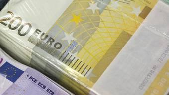 Euro-Noten in einer Bank (Archiv)