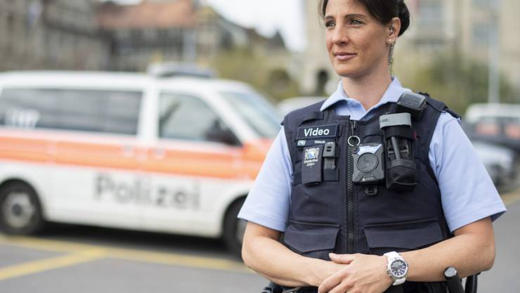 Polizistinnen und Polizisten in Zürich sollen künftig mit Körperkameras, sogenannten Bodycams, ausgerüstet werden. (Archiv)