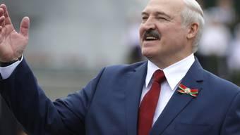"""ARCHIV - Alexander Lukaschenko, Präsident von Belarus, gestikuliert während der Feierlichkeiten zum Unabhängigkeitstag. (zu dpa: """"«Hausfrau» gegen «Europas letzten Diktator» - Belarus hat die Wahl """") Foto: Sergei Grits/AP/dpa"""