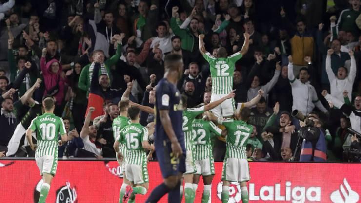 Die Spieler von Betis Sevilla feiern ihren Sieg über das grosse Real
