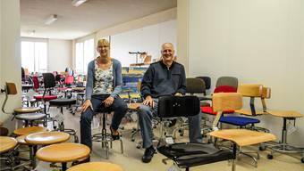 Evelyne Joho-Baur und ihr Bruder Stephan Baur in der Mesa-Stuhlgalerie – im Vordergrund das Urmodell 13-5 AR in Schwarz und natur lackiert. Toni Widmer