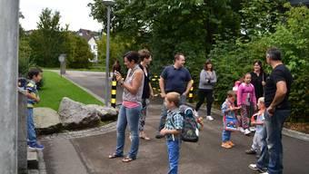 Eltern und Abc-Schützen vor dem Wohler Schulhaus Bünzmatt.