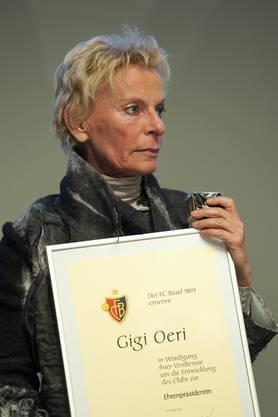 Gigi Oeri, scheidende Präsidentin des FC Basel, nimmt gerührt die Urkunde als erste Ehrenpräsidentin des FC Basel entgegen,