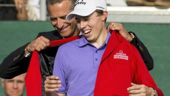 Matthew Fitzpatrick lässt sich in das Rote Jackett des Siegers am Omega European Masters einkleiden