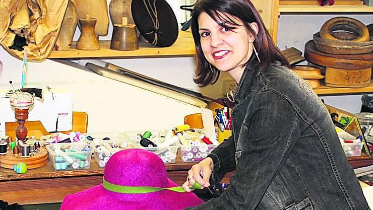 Jutta Bopp beim Befestigen eines Hutbandes.