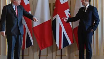 ARCHIV - Der britische Premier Boris Johnson (l) und Frankreichs Präsident Emmanuel Macron stehen in der 10 Downing Street. Wenige Tage vor seiner selbst gesetzten Frist für eine Einigung auf einen Brexit-Handelspakt hat der britische Premier Johnson mit Frankreichs Präsident telefoniert. Foto: Justin Tallis/PA Wire/dpa