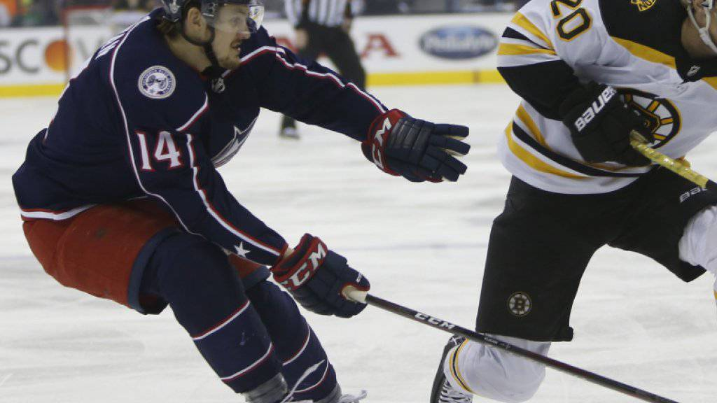 Dean Kukan (links) ist mit den Columbus Blue Jackets in den NHL-Playoffs ausgeschieden