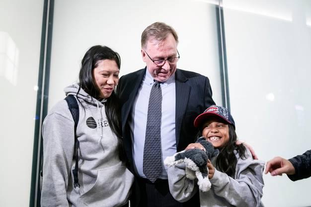 Vanessa Mae Rodel und ihre Tochter Keana zusammen mit ihrem Anwalt Robert Tibbo nach ihrer Landung in Toronto.