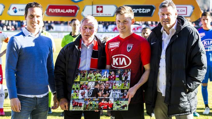 Marco Thaler (2.v.r.) wird von Sportchef Sandro Burki (l.), Präsident Alfred Schmid (2.v.l.) und Vizepräsident Roger Geissberger für seinen 100. Einsatz für den FCA geehrt.