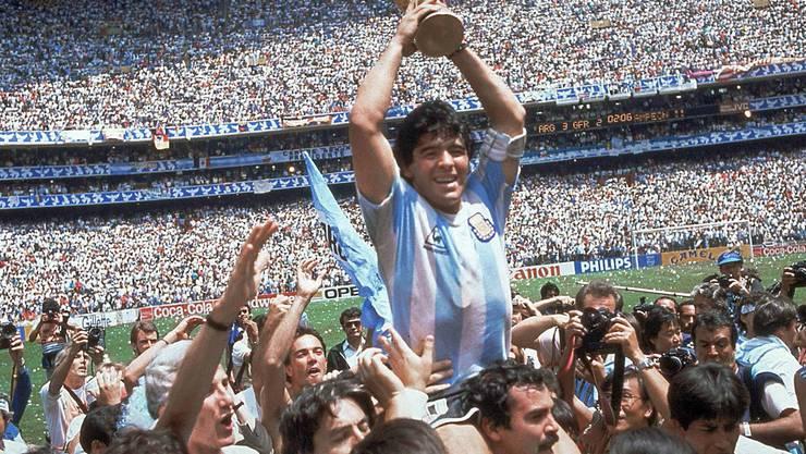 Maradona mit dem Pokal. Key