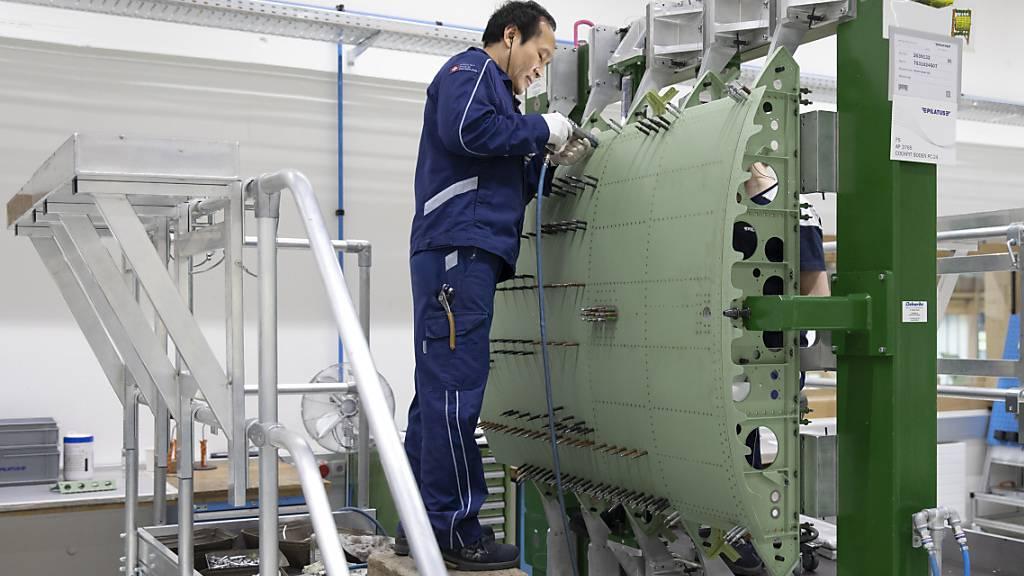 Arbeiter während der Fertigung eines PC-24 Jets in der Werkhalle der Pilatus Flugzeugwerke (Archivbild).