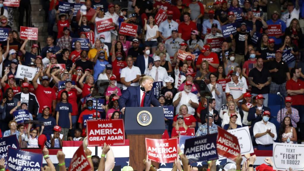US-Präsident Donald Trump geniesst das Bad in der Menge bei seiner Wahlveranstaltung in Tulsa, Oklahoma, am 20 Juni. Nun haben dort die Corono-Infektionen erheblich zugenommen. (Foto: Stephen Pingry / AP/ KEYSTONE-SDA)