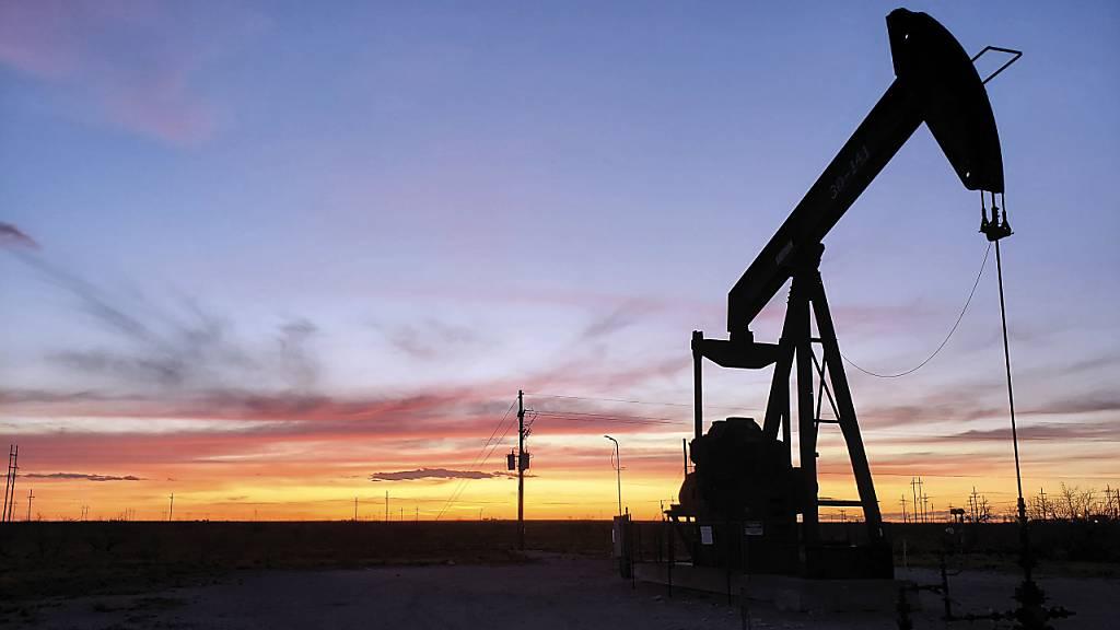 Die weltweiten Ölpreise klettern in Richung ihrer Mehrjahreshöchstwerte. Der Grund: Die Versorgungslage ist angespannt. Dabei machen sich auch die derzeit hohen Gaspreise am Ölmarkt bemerkbar.(Archivbild)