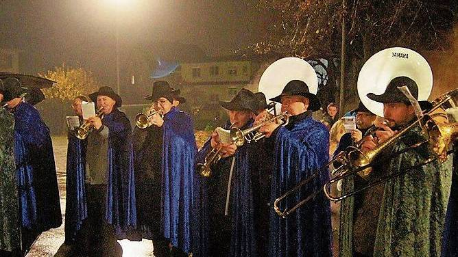 Die Chlause-Musik Dietikon spielte beim Einzug.