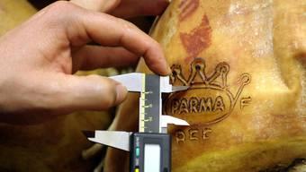 Ein Kontrolleur prüft einen Parmaschinken (Symbolbild)