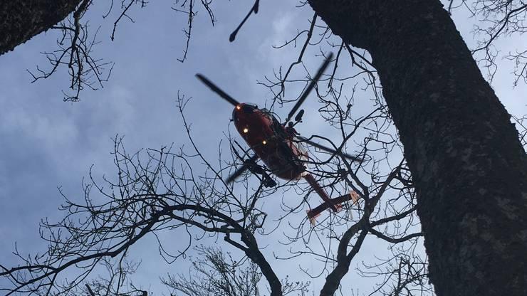 Ein Rega-Helikopter flog den Verunfallten ins Spital.