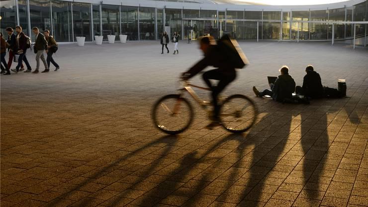 Studenten im Rolex-Gebäude der Ecole politechnique fédérale de Lausanne. Es gehört zu einem bestehenden Innovationspark.