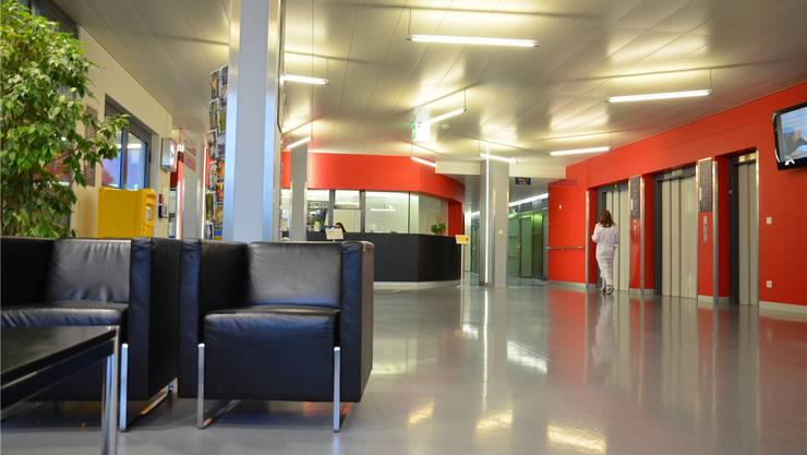 In die Jahre gekommen: Der Eingang des Spitals Muri wird dieses Jahr neu gestaltet. Eddy Schambron