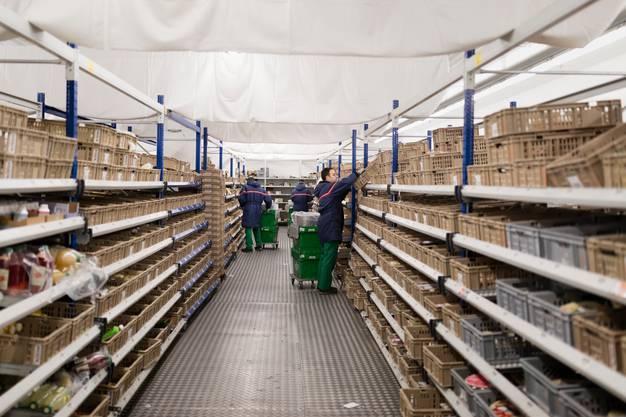 Blick in das Warenlager des Verteilzentrums von Leshop in Bremgarten AG.