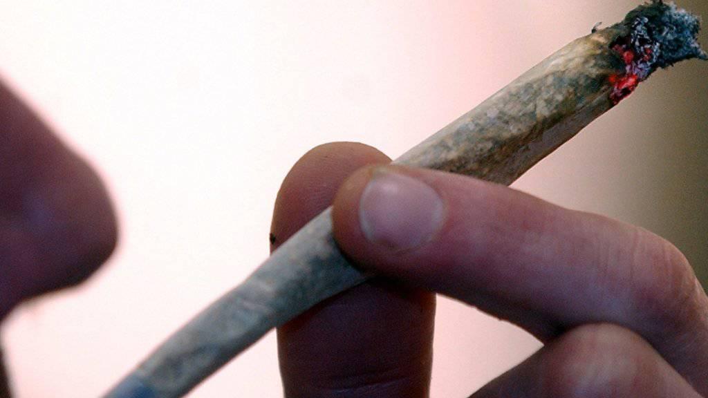 In der Stadt Bern wird vorerst keine wissenschaftliche Studie zum legalen Cannabisverkauf durchgeführt. Der Bund hat das Begehren abgelehnt. (Symbolbild)