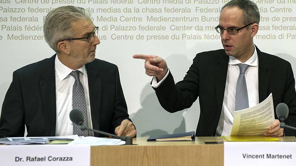 Sie nehmen die Werbeallianz zwischen Swisscom, SRG und Ringier unter die Lupe: Weko-Direktor Rafael Corazza (links) und Weko-Präsident Vincent Martenet an einer Medienkonferenz. (Archiv)