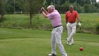 Da fliegt er: Ferdy Kübler schaut dem Golfball nach – scharf beobachtet von Hausi Leutenegger (im Hintergrund). (Bild: Sidonia Küpfer)