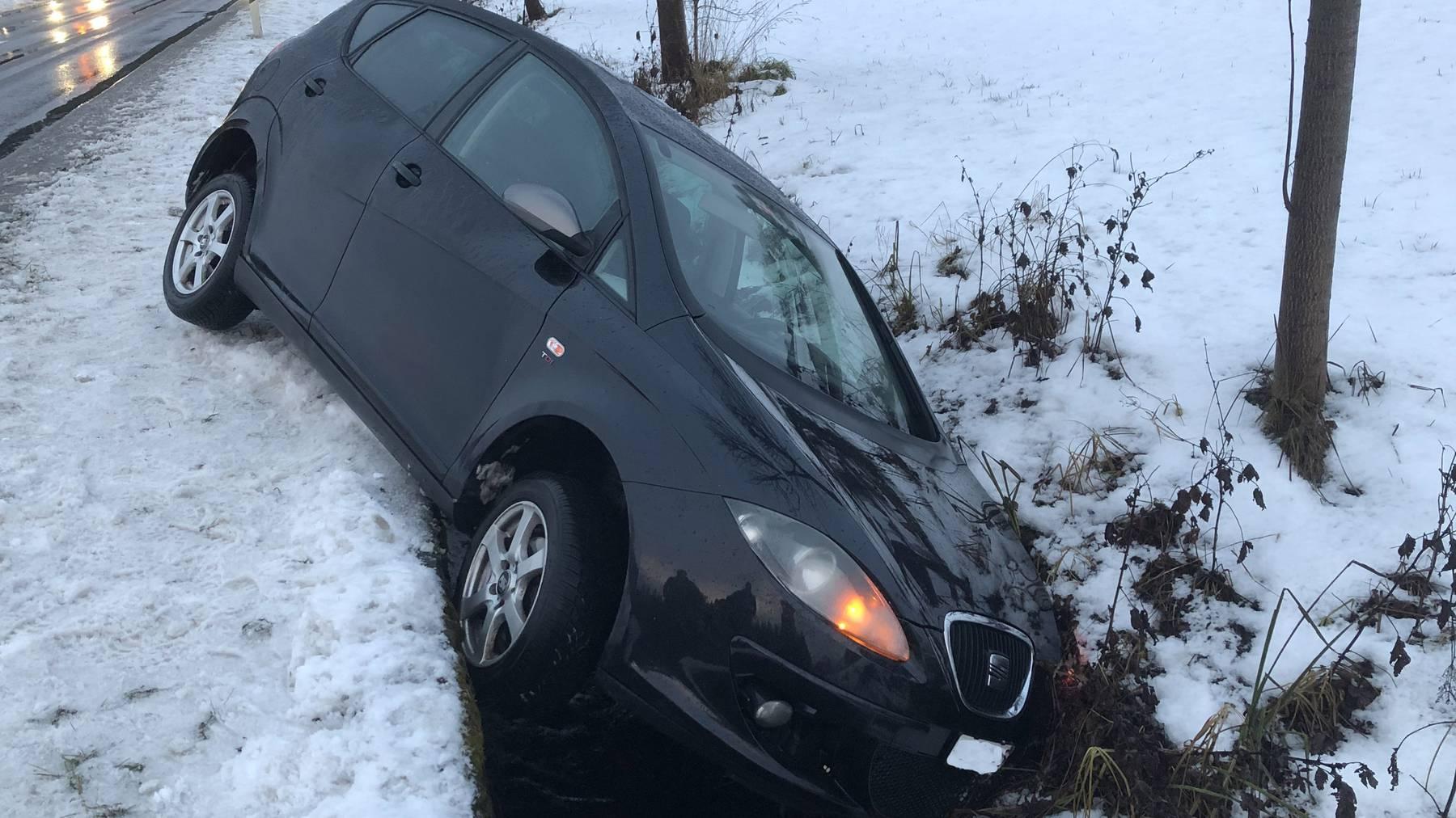 Ein Autofahrer rutschte mit seinem Fahrzeug in einen Bachkanal.