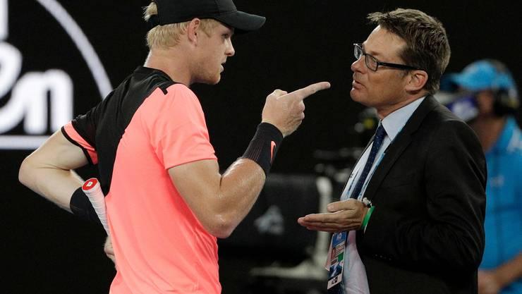 Supervisor Andreas Egli (rechts) im Gespräch mit Tennisspieler Kyle Edmund an den Australien Open 2018.