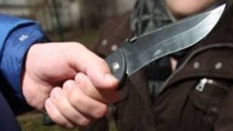 Ein 51-Jähriger wollte einen Matrosen eines verankerten Passagierschiffes ausrauben und bedrohte den Mann mit einem Messer. (Symbolbild)