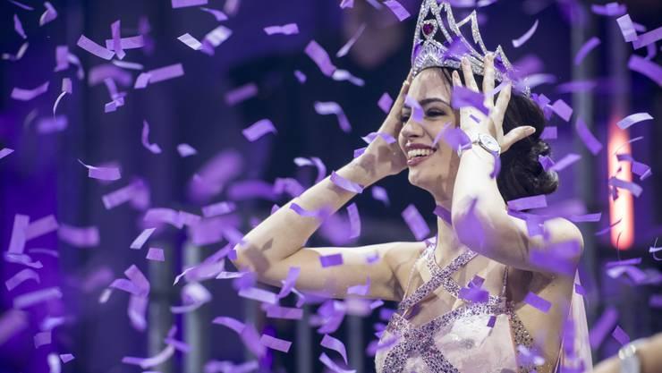 Jastina Doreen Riederer freut sich bei ihrer Krönung zur neuen Miss Schweiz 2018.