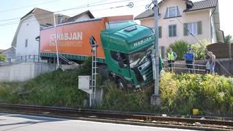 Spektakulärer Unfall eines Lastwagens in Beinwil am See