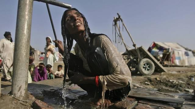 Nach den Überschwemmungen: Sauberes Wasser als kostbares Gut in Pakistan (Archiv)