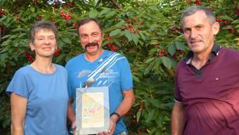 Experte Franz Freiermuth übergibt Zita und Hansruedi Burkart aus Obermumpf den Preis für die besten Aargauer Krischen.