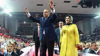 Regierungschef Recep Tayyip Erdogan und seine Frau Emine an einem AKP-Parteitag