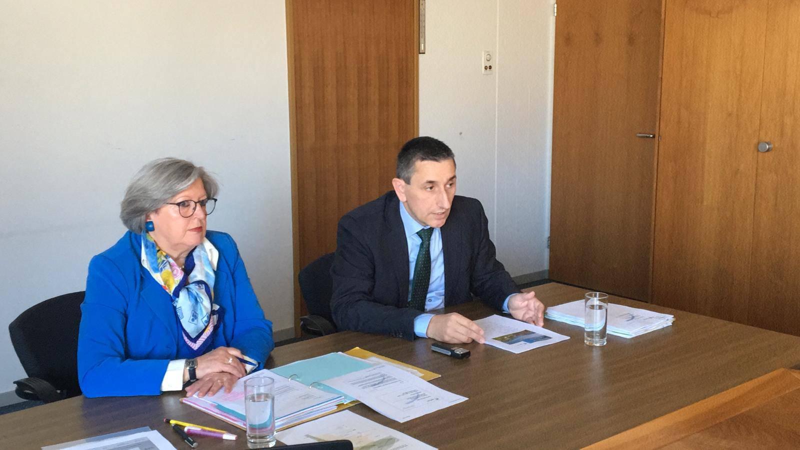 Monika Merki Frey, Expertin für Lösungen im Gesundheitswesen, und Alois Gunzenreiner, Gemeindepräsident von Wattwil, präsentieren ihre Lösung.