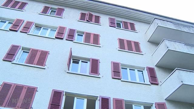 Mann stürzt mit Kind aus dem 4. Stock: Ein Unfall?