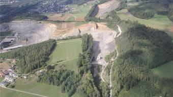 Die Jura Cement möchte den Steinbruch bei der Steinbitz (grüne Fläche in der Mitte, im Hintergrund Auenstein) erweitern. Dagegen regt sich vor allem im Veltheimer Ortsteil Au (vorne links) Widerstand. Claudia Meier