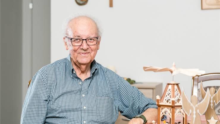 Josef Koch, der ehemalige Nähmaschinenverkäufer, mit seiner Weihnachtsdekoration – die beiden Engel hat er selber geschreinert.
