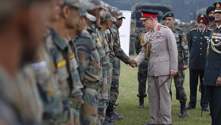 Der Thronfolger in Indien. Er schülttelt in Dehradun artig Händ von indischen Soldaten.